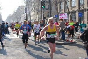 Adrian Brewin participe au marathon de Paris